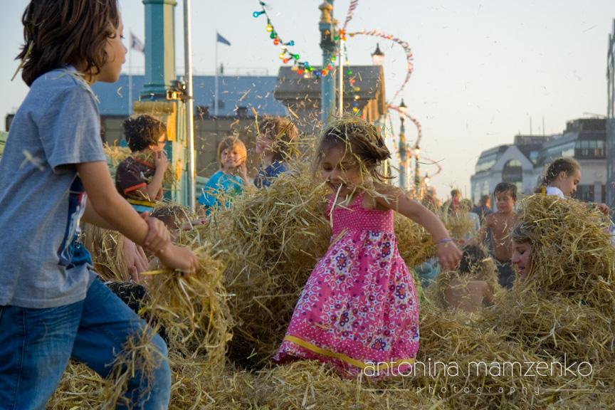 The hay fight - Southwark bridge - Thames Festival