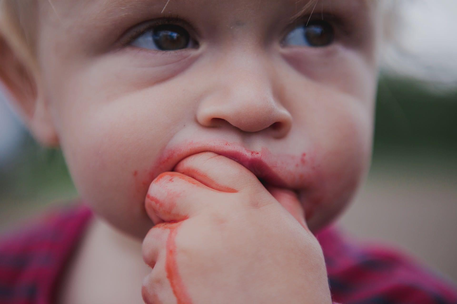baby-eating-berries
